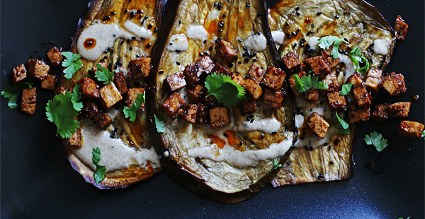 Auberginen mit scharfem Tofu und Tahinsauce